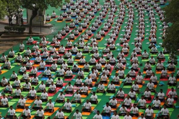 Dân Ấn Độ tập yoga tập thể ngoài trời nhân Ngày Yoga Quốc tế ở thủ đô New Delhi (Ấn Độ) ngày 21-6. Ảnh: REUTERS