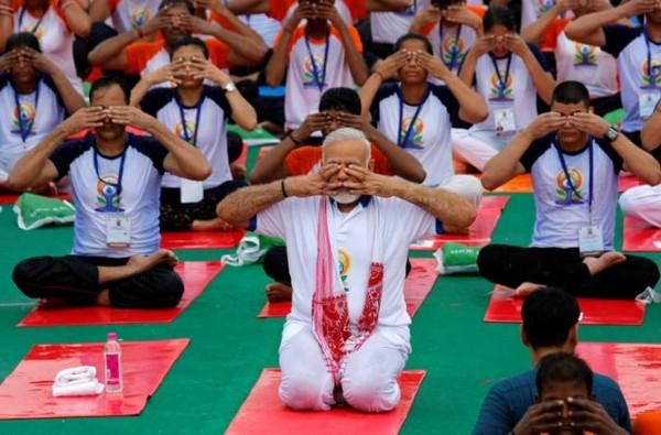 Thủ tướng Ấn Độ Narendra Modi (giữa) tập yoga với dân tại TP Lucknow, Uttar Pradesh (Ấn Độ) ngày 21-6. Ảnh: REUTERS