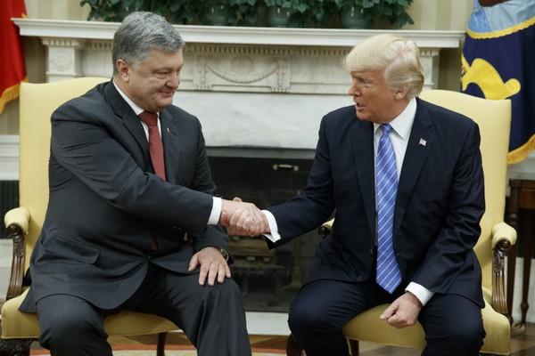 Tổng thống Mỹ Trump (phải) tiếp Tổng thống Ukraine Poroshenko tại Nhà Trắng ngày 20-6. Ảnh: AP