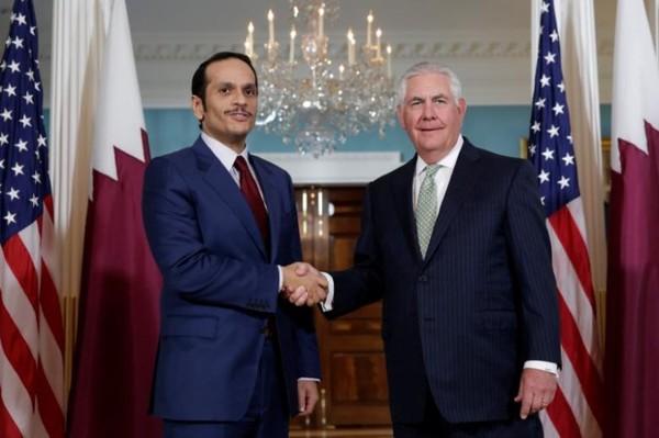 Hai ngoại trưởng Mỹ Tillerson (phải) và Qatar Al Thani tại Bộ Ngoại giao Mỹ ngày 27-6. Ảnh: REUTERS