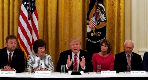 Tổng thống Trump (giữa) gặp các thượng nghị sĩ Cộng hòa tại Nhà Trắng ngày 27-6, sau khi Thượng viện hoãn bỏ phiếu thông qua dự luật thay thế Obamacare. Ảnh: REUTERS