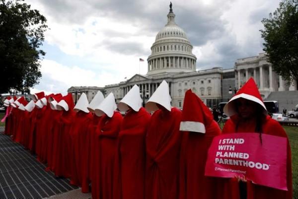 Người biểu tình phản đối hủy bỏ Obamacare trước tòa nhà Quốc hội ngày 27-6. Ảnh: REUTERS