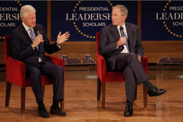 Hai cựu Tổng thống Clinton (trái) và Bush tại diễn đàn ở Dallas, Texas (Mỹ) ngày 13-7. Ảnh: AP