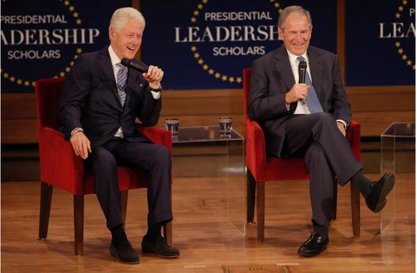 Hai ông Clinton và Bush đồng tình khiêm tốn và trách nhiệm là những tiêu chuẩn quan trọng nhất của một tổng thống. Ảnh: REUTERS