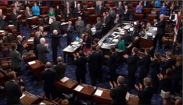Nghị sĩ McCain (giữa) nhận được sự hoan nghênh và chúc mừng từ đồng nghiệp tại Thượng viện. Ảnh: REUTERS