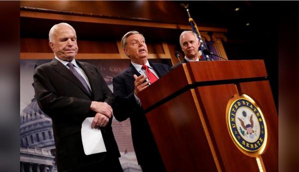 (Từ trái qua): Các nghị sĩ Cộng hòa John McCain, Lindsy Graham, Ron Johnson họp báo sau phiên bỏ phiếu sáng sớm 28-7. Ảnh: REUTERS