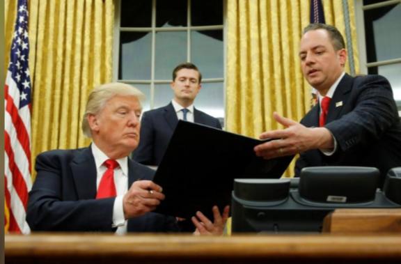 Hai ông Trump (trái) và ông Priebus (phải) trong ngày ông Trump nhậm chức tổng thống 20-1. Ảnh: REUTERS