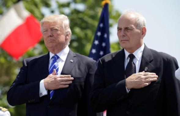 Tổng thống Trump và ông Kelly trong một buổi lễ tại Connecticut (Mỹ) ngày 17-5. Ảnh: REUTERS