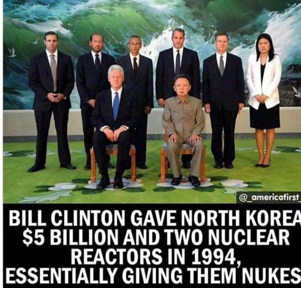 Bức ảnh ghép dòng chữ cáo buộc cựu Tổng thống Mỹ Bill Clinton cung cấp phương tiện và tiền bạc cho Triều Tiên phát triển vũ khí hạt nhân. Ảnh: TWITTER