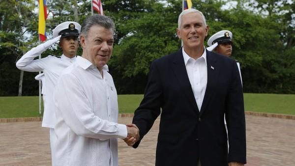 Tổng thống Colombia Juan Manuel Santos (trái) và Phó Tổng thống Mỹ Mike Pence tại nhà khách tổng thống ở Cartagena (Colombia) ngày 13-8. Ảnh AP