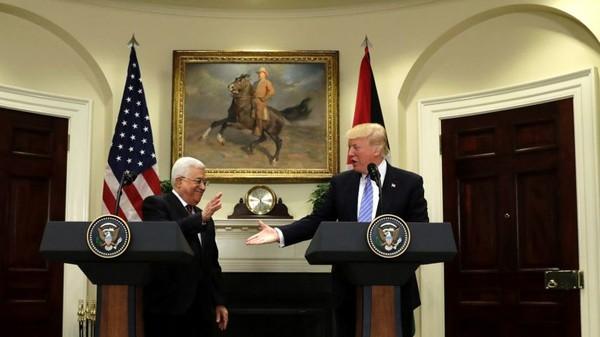 Tổng thống Abbas (trái) gặp Tổng thống Trump tại Nhà Trắng ngày 3-5. Ảnh: AP