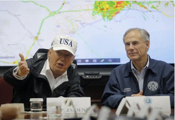Tổng thống Mỹ Trump (trái) và Thống đốc Texas Greg Abbott nghe báo cáo về tình hình cứu hộ bão Harley ở Texas ngày 29-8. Ảnh: REUTERS