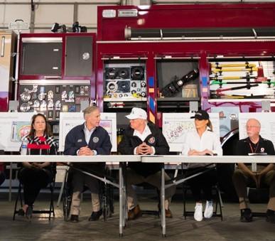 Bà Trump (thứ hai bên phải) mang giày đế bằng mềm màu trắng trong cuộc gặp với các quan chức Texas. Ảnh: NHÀ TRẮNG