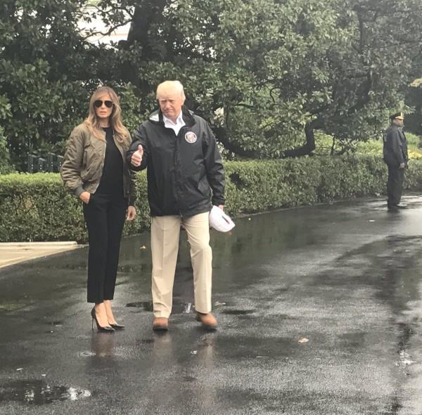 Hình ảnh lan truyền trên mạng cùng những lời chỉ trích bà Trump mang giày cao gót thăm bão lụt thực ra chụp trước khi bà lên máy bay đến Texas. Ảnh: TWITTER