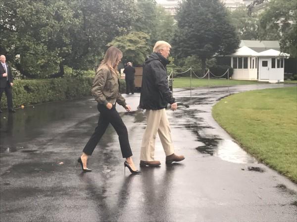 Bà Trump mang giày cao gót trước khi lên máy bay cùng chồng đến Texas. Ảnh: TWITTER