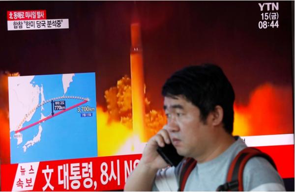 Truyền hình Seoul (Hàn Quốc) đưa tin về vụ phóng tên lửa của Triều Tiên sáng 15-9 ngang qua lãnh thổ Nhật. Ảnh: REUTERS