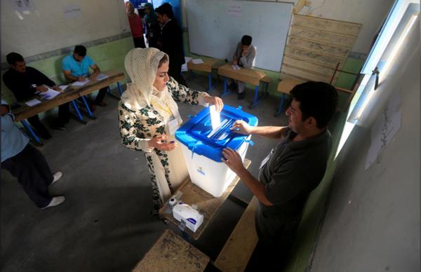 Bỏ phiếu trưng cầu dân ý ở Halabja (Iraq) ngày 25-9. Ảnh: REUTERS