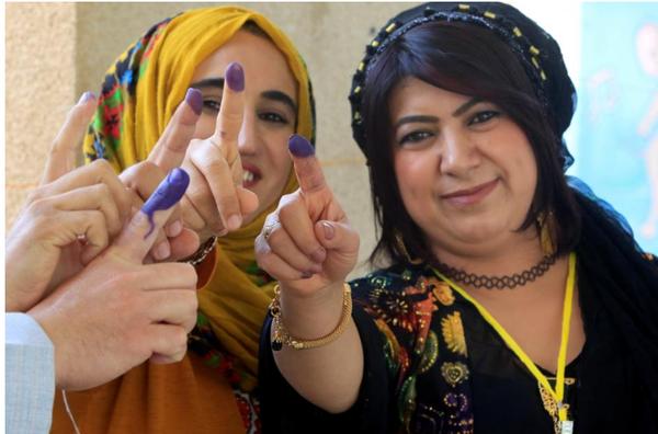 Người Kurd khoe dấu hiệu mình vừa bỏ phiếu trưng cầu, tại Halabja (Iraq) ngày 25-9. Ảnh: REUTERS