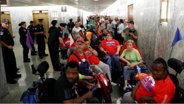 Biểu tình phản đối hủy bỏ Obamacare tại Quốc hội trong lúc Ủy ban Tài chính Thượng viện họp bàn về dự luật thay thế Obamacare, ngày 25-9. Ảnh: REUTERS