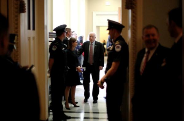 Thượng nghị sĩ Cộng hòa John McCain sau một phiên họp của phe Cộng hòa tại Quốc hội ngày 19-9. Ảnh: REUTERS