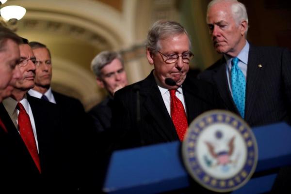 Lãnh đạo phe đa số Cộng hòa Mitch McConnell trao đổi với báo chí tại Quốc hội ngày 26-9, sau khi Thượng viện quyết định hủy bỏ phiếu về dự luật thay thế Obamacare. Ảnh: REUTERS