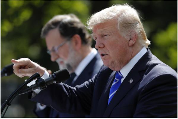 Tổng thống Mỹ Trump (phải) trong buổi họp báo chung với Thủ tướng Tây Ban Nha Mariano Rajoy (trái) tại Nhà Trắng ngày 27-9. Ảnh: REUTERS