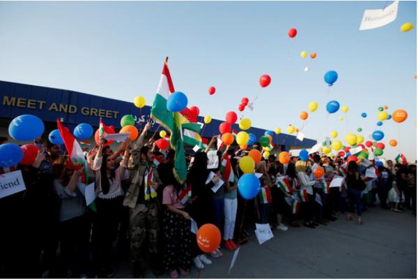 Người Kurd biểu tình bên ngoài sân bay quốc tế Erbil (Iraq) ngày 29-9, phản đối lệnh cấm bay của chính phủ Iraq. Ảnh: REUTERS