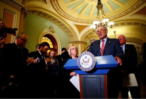 Lãnh đạo phe thiểu số Dân chủ tại Thượng viện Chuck Schumer phát biểu trong buổi họp báo tại Quốc hội ngày 17-10. Ảnh: REUTERS