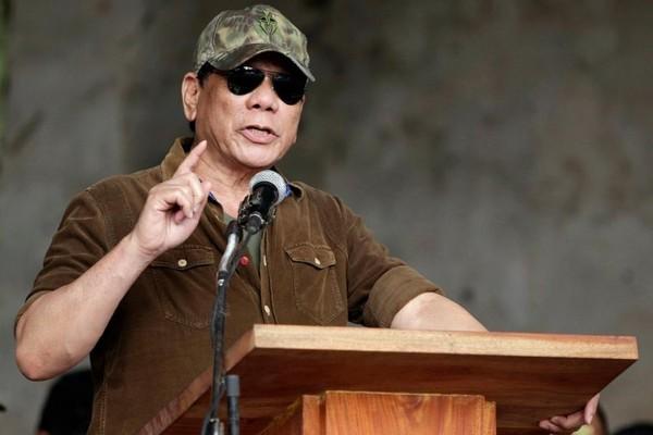 Tổng thống Philippines Duterte lên án IS khi phát biểu tại TP Macolod ngày 22-10. Dù tự tin chiến thắng nhưng ngày 22-10 ông Duterte vẫn cảnh báo người dân Philippines cảnh giác với nguy cơ khủng bố. Ảnh: REUTERS