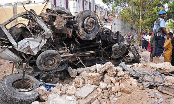 Hiện trường một vụ đánh bom xe ở thủ đô Magadishu (Somalia) tháng 10. Ảnh: AFP