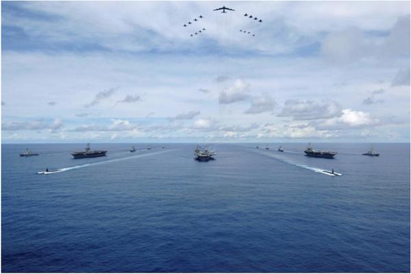 Cuộc tập trận chung gần nhất của 3 đội tàu sân bay tấn công Mỹ: 3 tàu USS Nimitz, USS Kitty Hawk, USS John C. Stennis cùng tham gia cuộc tập trận chung Tấm khiên Valiant ở gần đảo Guam (tây Thái Bình Dương) tháng 8-2017. Ảnh: REUTERS