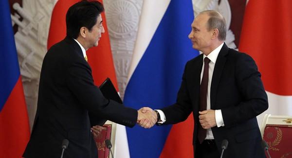 Thủ tướng Abe (phải) định sẽ bàn về vấn đề Triều Tiên trong cuộc gặp Tổng thống Putin sắp tới bên lề hội nghị APEC. Ảnh: SPUTNIK