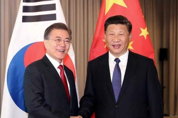 Cuộc gặp giữa Chủ tịch Tập Cận Bình và Tổng thống Moon Jae-in bên lề hội nghị APEC được cho là cuộc gặp phá băng trong quan hệ hai nước. Ảnh: SCMP