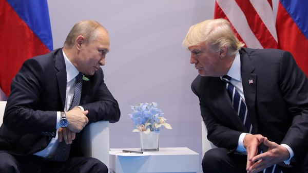 Tổng thống Nga Putin (trái) gặp Tổng thống Trump bên lề hội nghị G20 ở Hamburg (Đức) tháng 7 vừa rồi. Ảnh: AP