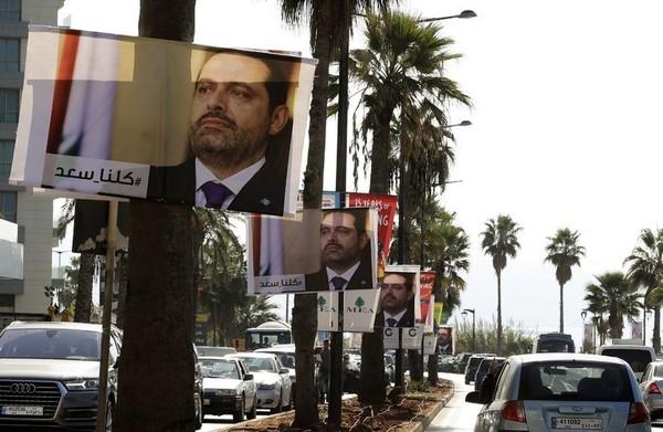 Áp phích ông Saad Hariri – người vừa từ chức Thủ tướng Lebanon tuần trước - trên đường phố Beirut (Lebanon). Ảnh: AP