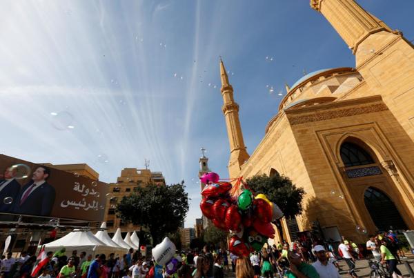 Áp phích in hình Thủ tướng Hariri được trưng tại thủ đô Beirut (Lebanon) trong ngày chạy bộ hàng năm Beirut Marathon 12-11. Ảnh: REUTERS