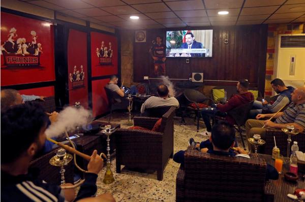 Thủ tướng Lebanon Saad al-Hariri trên kênh truyền hình Future TV, tại một quán cà phê ở Beirut (Lebanon) ngày 12-11. Ảnh: REUTERS