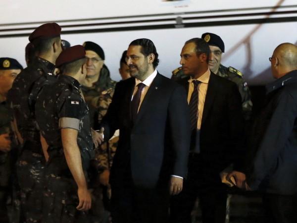 Thủ tướng Lebanon Saad al-Hariri đặt chân xuống sân bay Beirut khuya 21-11. Ảnh: REUTERS
