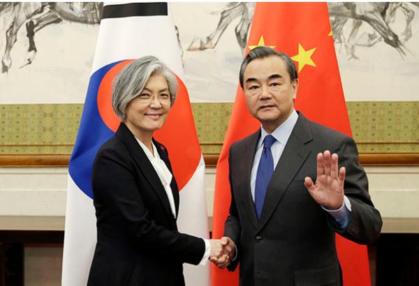 Bộ trưởng Ngoại giao Trung Quốc Vương Nghị (phải) tiếp Ngoại trưởng Hàn Quốc Kang Kyung-wha tại Bắc Kinh (Trung Quốc) ngày 22-11. Ảnh: AP