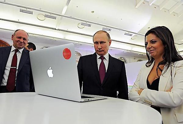 Giám đốc đài RT Margarita Simonyan (phải), Tổng thống Nga Vladimir Putin (giữa) và Phó Chánh Văn phòng Điện Kremlin Alexei Gromov (trái) tham dự một lễ trưng bàu kỷ niệm 10 năm thành lập RT tại Moscow (Nga) ngày 10-12-2015. Ảnh: AP