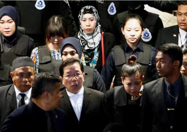 Hai nghi phạm Đoàn Thị Hương và Siti Aisyah (thứ hai và thứ ba từ trái sang, hàng đầu) bị cáo buộc ám sát ông Kim Jong-nam được đưa về lại hiện trường vụ án là sân bay quốc tế Kuala Lumpur, ngày 24-10. Ảnh: REUTERS