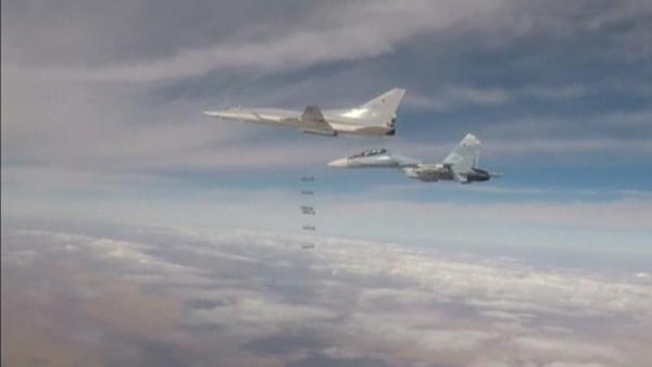 Máy bay ném bom tầm xa của Nga không kích mục tiêu IS ở đông bắc Syria. REUTERS đưa ảnh do Bộ Quốc phòng Nga công bố ngày 25-11.