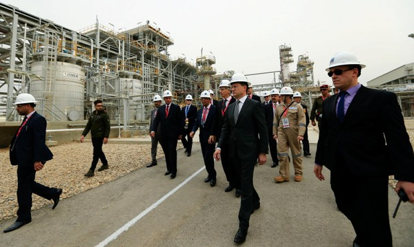 (Từ giữa sang phải): Bộ trưởng Dầu mỏ Iraq Jabbar al-Luaibi, Tổng giám đốc tập đoàn dầu mỏ Gazprom Neft của Nga Alexander Dyukov, Bộ trưởng Năng lượng Nga Alexander Novak thị sát mỏ dầu Badra ở tỉnh Kut (Iraq) ngày 6-12. Nga đang khai thác sự bất mãn của Iraq với Mỹ. Ảnh: REUTERS