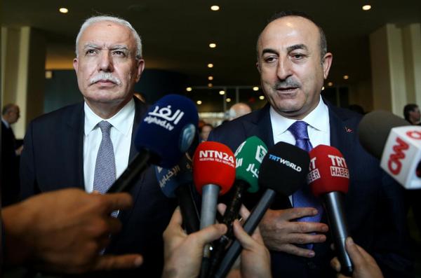 Ngoại trưởng Thổ Nhĩ Kỳ Melvut Cavusoglu trao đổi báo chí sau phiên bỏ phiếu của Đại Hội đồng LHQ ngày 21-12. Ảnh: REUTERS