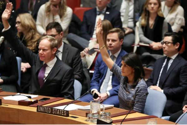 Đại sứ Mỹ tại LHQ Nikki Haley trong phiên biểu quyết thông qua nghị quyết trừng phạt mới nhất với Triều Tiên, ngày 22-12. Ảnh: REUTERS