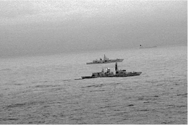 Hình ảnh từ trực thăng cho thấy tàu khu trục HMS St Albans đang hộ tống tàu chiến Đô đốc Gorshkov của Nga khi tàu này tiến sát lãnh hải Anh ở biển Bắc. Ảnh do HẢI QUÂN HOÀNG GIA ANH cung cấp ngày 25-12