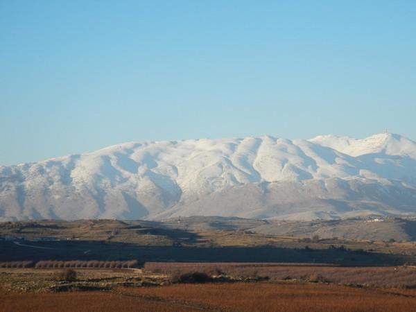Triền núi Hermon trên Cao nguyên Golan, giáp biên giới Israel và Lebanon, nơi phe nổi dậy đang cố thủ và bị quân đội Syria cùng lực lượng Iran bảo trợ ra tối hậu thư yêu cầu đầu hàng. Ảnh: MOUNTAIN FORECAST
