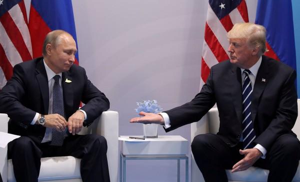 Tổng thống Nga Vladimir Putin (trái) và Tổng thống Mỹ Donald Trump gặp nhau bên lề hội nghị G20 ở Hamburg (Đức) hồi tháng 7. Ảnh: REUTERS