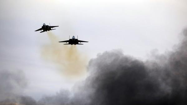 Máy bay chiến đấu F-15 của không quân Israel bay trình diễn tại căn cứ không quân Hatzerim ở nam Israel ngày 27-12-2017. Ảnh: REUTERS