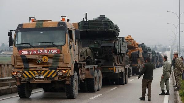 Đoàn xe quân sự Thổ Nhĩ Kỳ tiến về căn cứ quân sự ở thị trấn Reyhanli gần tỉnh Hatay giáp biên giới Syria, ngày 17-1. Ảnh: REUTERS